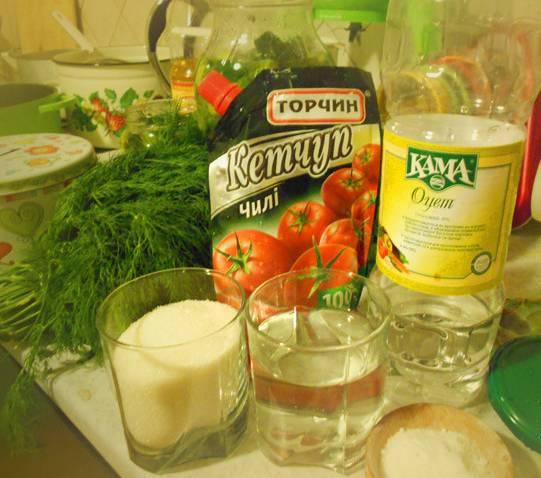 3. Воду сливаем из банок уже в кастрюлю, добавляем соль, кетчуп и сахар, ставим на огонь. Когда закипит, добавим уксус, перемешаем, заливаем огурцы.