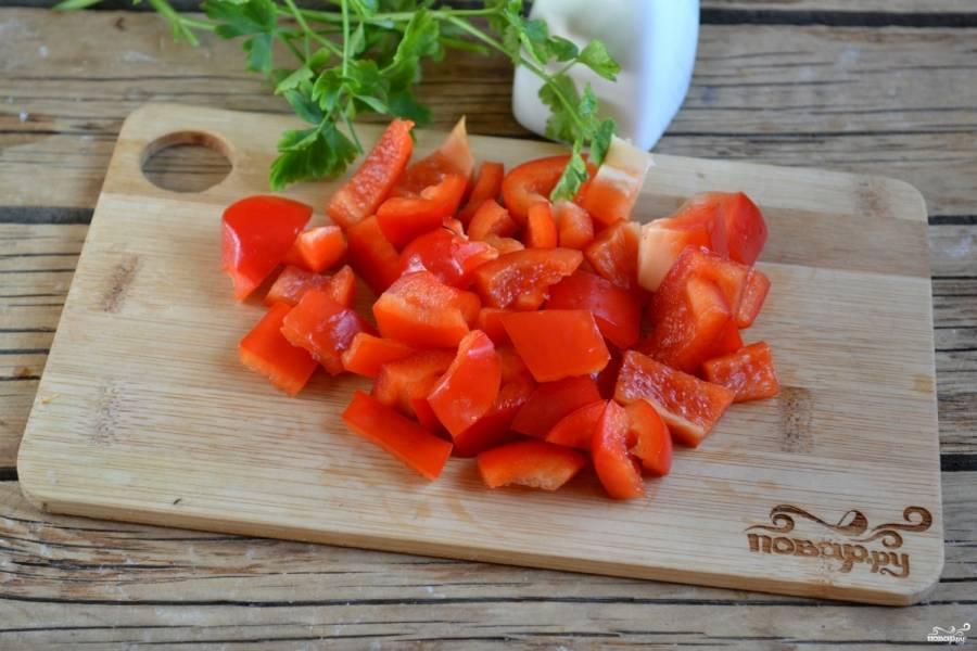 Болгарский перец очистите от семян и порежьте небольшими кусочками.