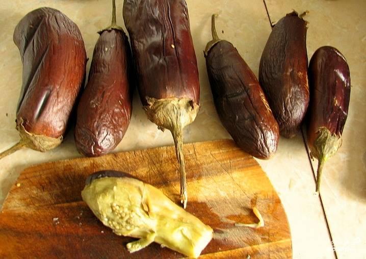 Запечь до готовности в духовке или на гриле. Плодоножку у баклажанов лучше не удалять - за нее удобно переворачивать и вынимать овощи.