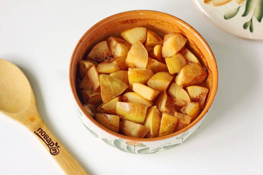 Запеченная айва с медом готова. Десерт вкусен как в теплом, так и в холодном виде. Перед подачей по желанию посыпаем лакомство измельченными грецкими орехами, сахарной пудрой или просто подаем с шариком мороженого.