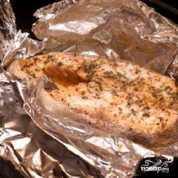 5.Незадолго до готовности развернуть фольгу, сбрызнуть рыбу лимонным соком и оставить минут на 5, чтобы рыба поджарилась.