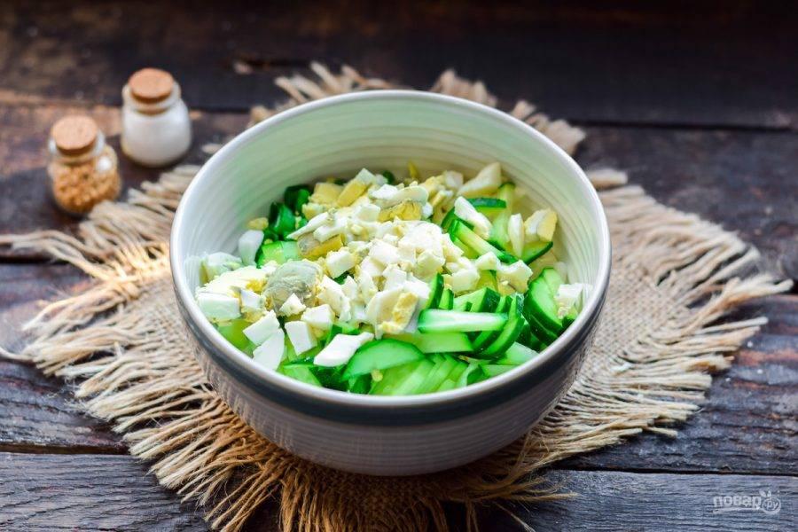 Куриное яйцо отварите вкрутую, почистите и нарежьте кубиками, добавьте в салат.