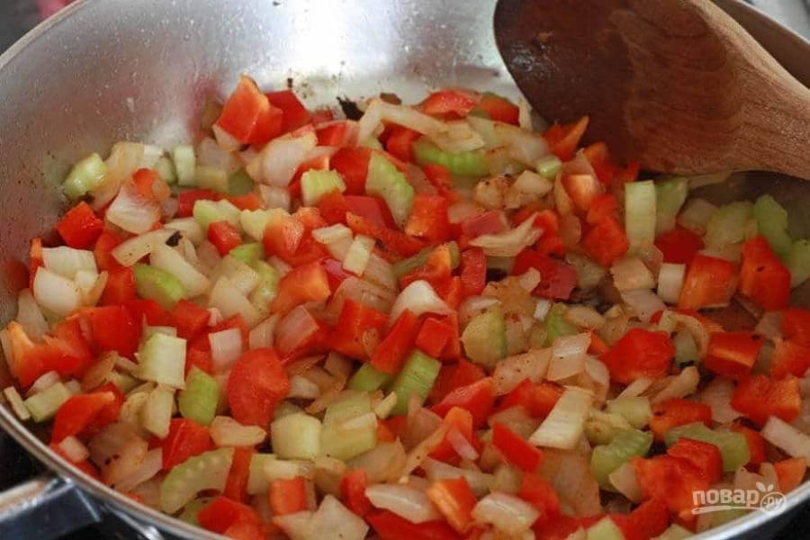 6.Нарежьте кубиками томаты, а сельдерей небольшими кусочками. Выложите овощи в сковороду к луку и чесноку.