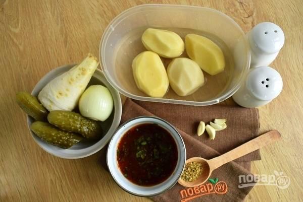 Нам также понадобятся овощи, соус ткемали и специи. Картофель, лук и пастернак помойте и очистите.