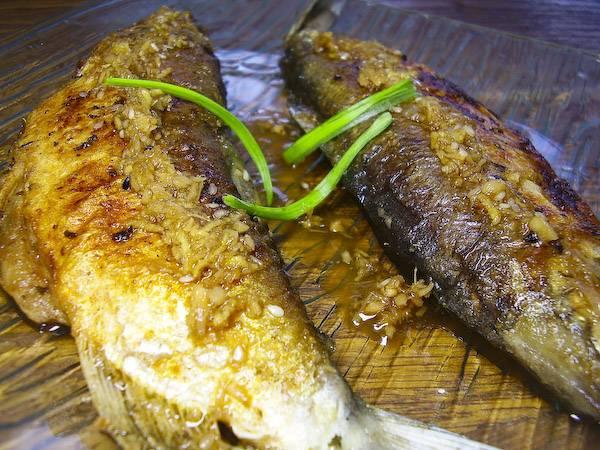 Затем рыбку выкладываем на тарелки, поливаем нашим соусом и подаем к столу. Все!