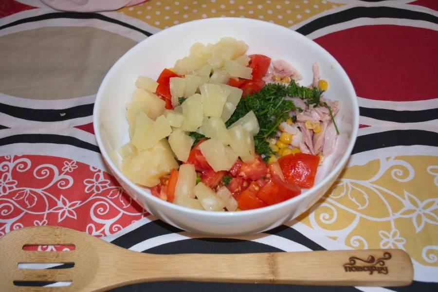 Добавляем ананасы. Салат перемешиваем. Заправлять не нужно: он и так сочный и вкусный.