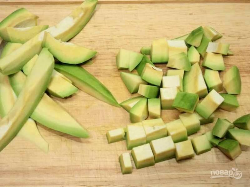 Добавьте к ним авокадо, так же нарезанный кубиками.