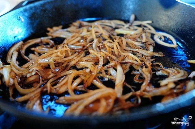 Кладем в сковороду тонко нарезанный лук, обжариваем 4-5 минут на среднем огне.