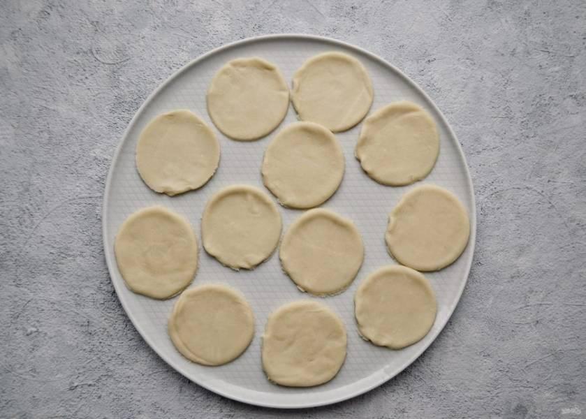 Тонко раскатайте тесто, с помощью стакана вырежьте кружки.
