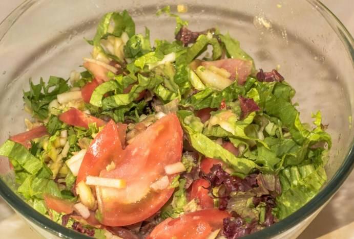 Заправьте салат оливковым маслом, соевым соусом и соком лайма, все перемешайте (не солите, так как соевый соус соленый сам по себе).