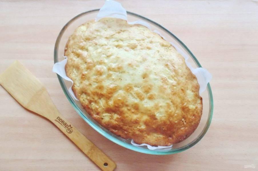 Выпекайте пирог 45-50 минут при температуре 175-180 градусов до золотистой корочки. Готовность проверяйте сухой деревянной палочкой.