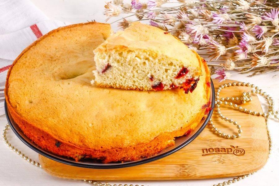 Как только пирог остынет, извлеките его из формы и нарежьте порционными кусочками, подавая к столу.