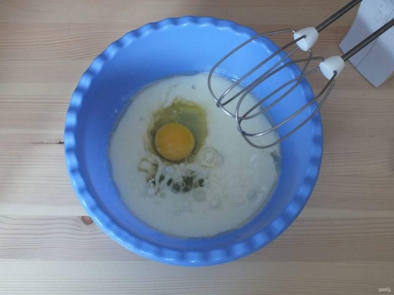 Смешайте яйцо с жидкими ингредиентами. Взбейте миксером.