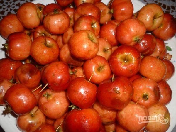 2. Переберите и при необходимости удалите плохие плоды. Вооружившись зубочисткой, сделайте на каждом яблочке по 2-3 прокола. Это необходимо, так как плоды довольно плотные.