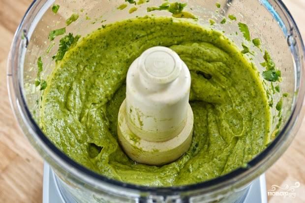 Вымойте авокадо, очистите его от кожуры, разрежьте пополам, удалите косточку. Порежьте на кусочки и отправьте в блендер, туда же добавьте зелень (я брала петрушку и укроп), Сбрызните лимонным соком и добавьте чайную ложку цедры. Перемолите в блендере до однородной массы.