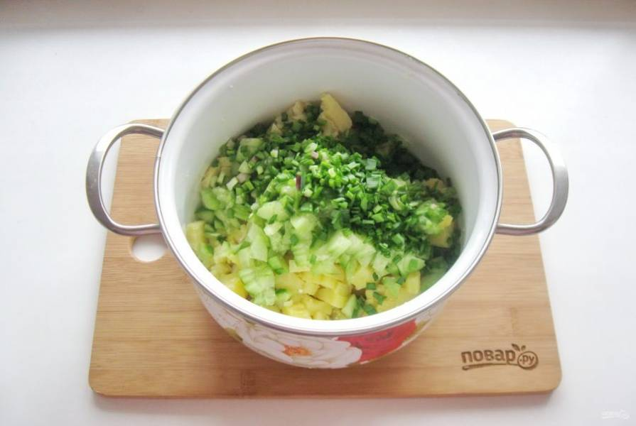 Зеленый лук мелко нарежьте и добавьте в окрошку.