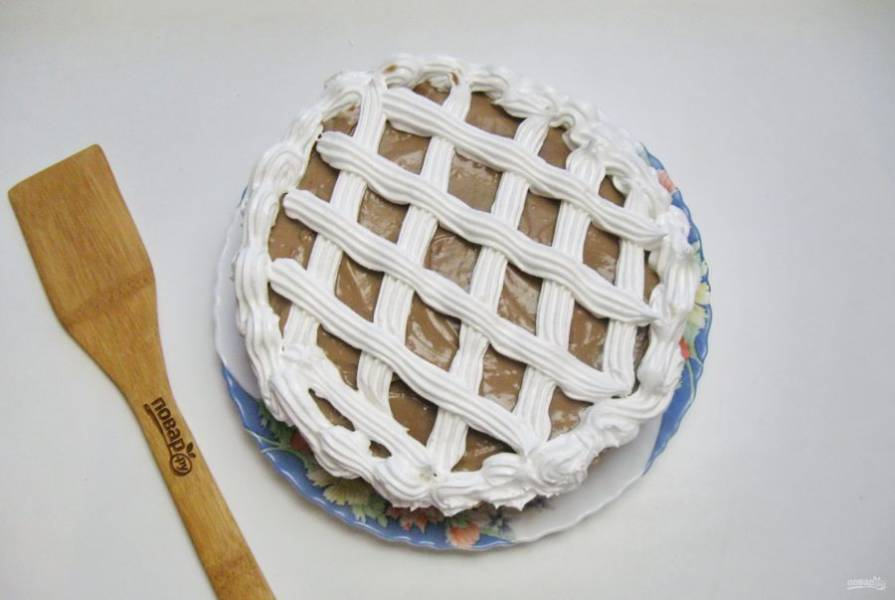 Можно взять взбитые сливки или густую сметану. Бока торта обсыпьте измельченными орехами или печеньем.