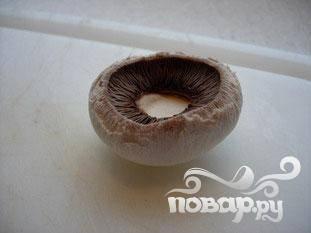 убрать ножки и кожуру у грибов.