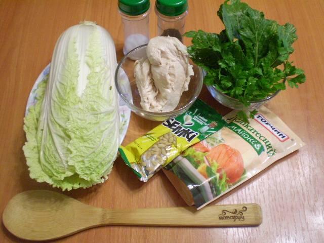 Отварите куриное филе в соленой воде до готовности. Охладите. Капусту и зелень вымойте.