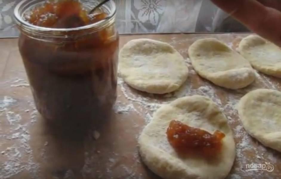Добавьте в середину начинку (я использую варенье), сформируйте пирожки. Укладывайте на противень и выпекайте при температуре 200 градусов до золотистой корочки.