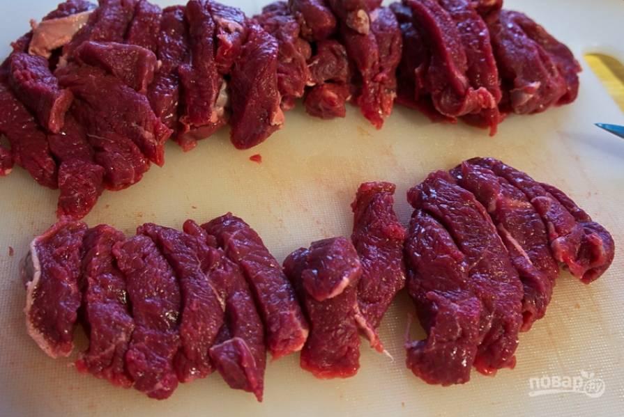 Мясо промойте, обсушите и нарежьте кусочками.
