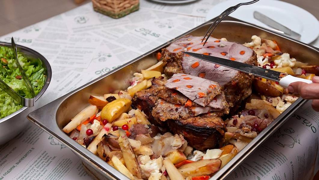 Перед подачей можете нарезать окорок тоненькими кусочками. Также можно подавать блюдо с запеченными овощами и фруктами.