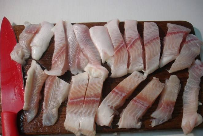 Филе режем на палочки продолговатые.
