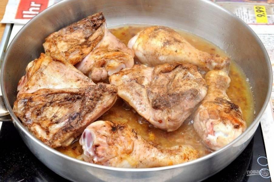 6. Перекладываем обжаренную курицу на луковую подушку и заливаем водой (не более 1 стакана).