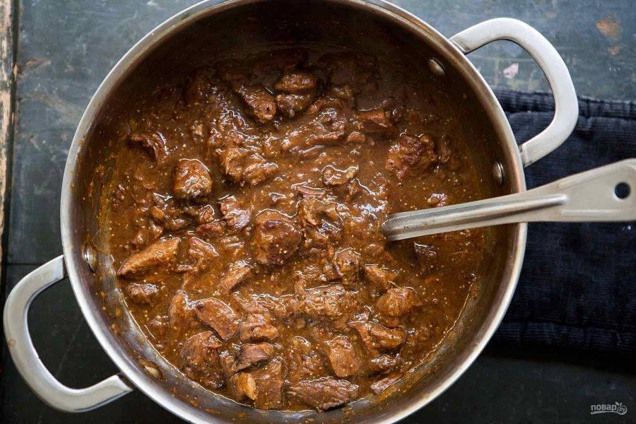 5.За 30 минут до окончания приготовления, добавьте горчицу и сахар (можно варьировать их количество). По вкусу добавьте соль и молотый перец, продолжайте готовить.