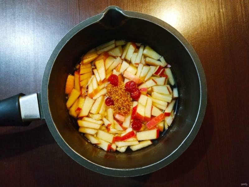 Затем переложите начинку в глубокий сотейник, добавьте сидр, уксус, имбирь, горчицу и специи. Доведите до кипения, проварите минут 5-7.