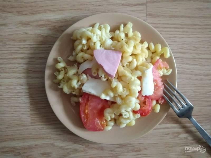 Макароны с помидорами и колбасой в мультиварке