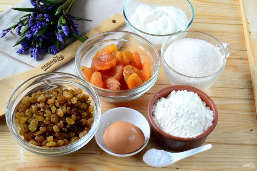 Подготовьте все необходимые ингредиенты. Перед началом приготовления теста замочите в горячей воде отдельно — изюм и отдельно —курагу.