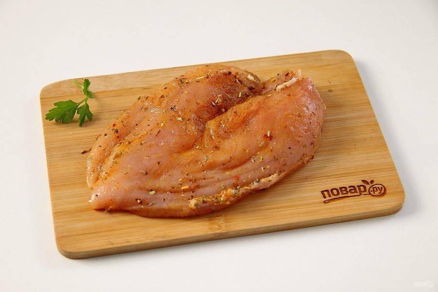 Куриное филе натрите солью и любимыми специями. Если есть лимон, можно сбрызнуть мясо лимонным соком.