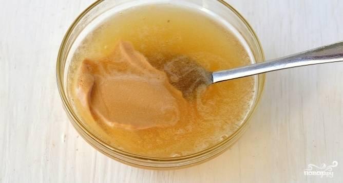 Теперь растворите подготовленный и разбухший желатин на водяной бане или просто в микроволновой печи. Затем добавьте к нему пару ложек творожно-молочной массы.