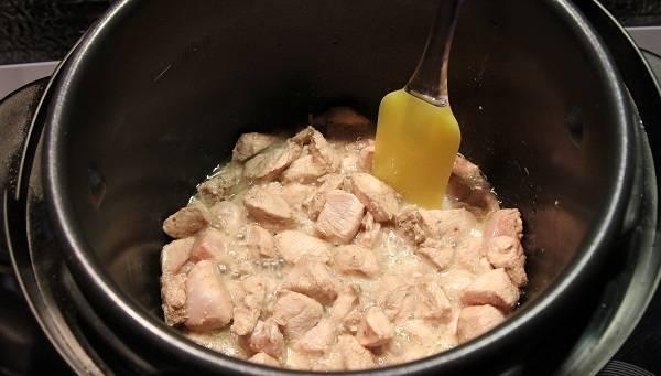 5. Отправить в масло филе. При желании в рецепт приготовления паэльи в мультиварке также можно использовать куриные ножки или бедра, например.