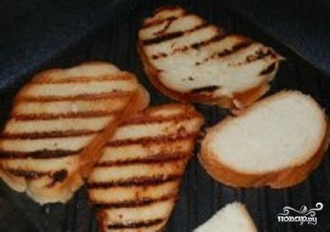 3.Если у вас есть сковорода-гриль, то хлебцы получатся очень красивыми. Но если нет, не беда, можно пожарить и на обыкновенной сковороде. Разогреть в сковородке растительное масло. Обжаривать кусочки хлеба  в масле с двух сторон. Кусочек хлеба должен стать золотистого цвета. Такие хлебцы вкусные и в горячем, и в холодном виде. Его можно съесть просто так с чашечкой горячего чая, кофе или просто молока,  или намазать плавленым сыром.