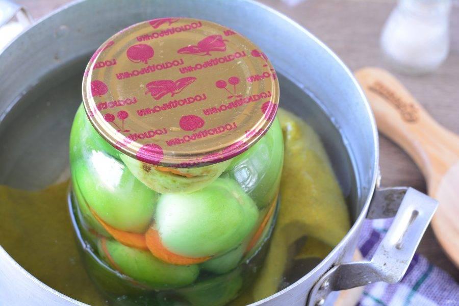 Стерилизуйте помидоры 15 минут.