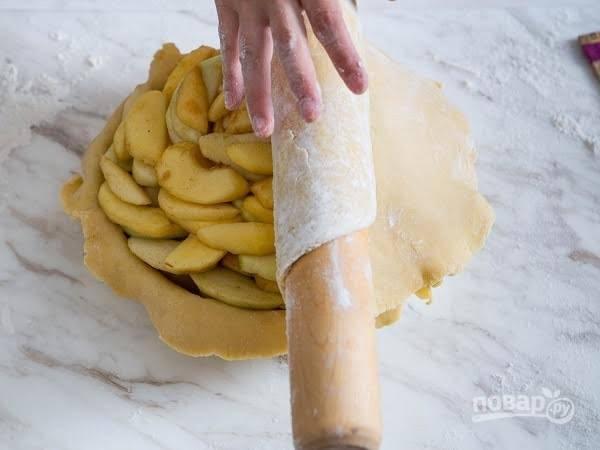 9. Раскатайте второй пласт теста и накройте им яблочки.