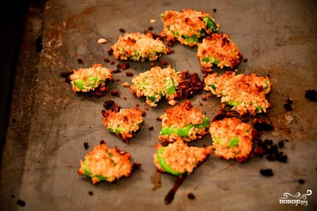 4. Но если вы хотите, чтобы брокколи в кляре в духовке в домашних условиях были более хрустящими, подержите их дольше. Когда появится румяная корочка, можно доставать. Кстати, подавать к столу брокколи можно как в горячем, так и в холодном виде.