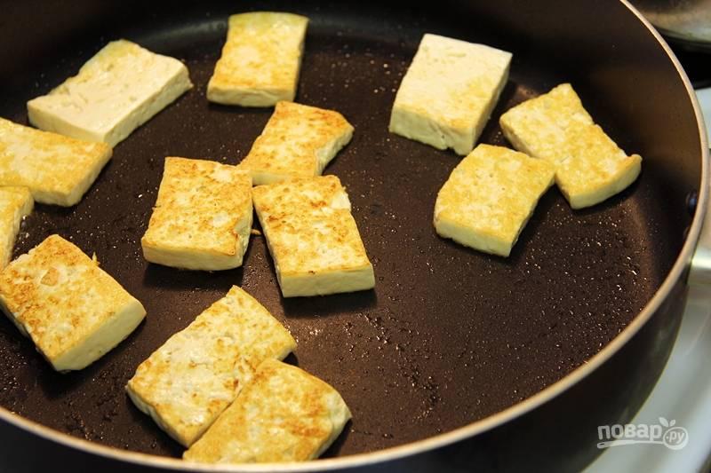 5. На сковороде разогрейте масло и выложите тофу. Обжарьте до румяной корочки с двух сторон.