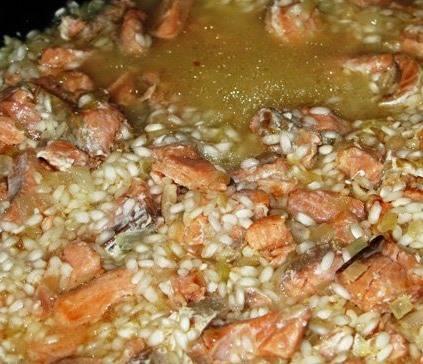 Постепенно, небольшими порциями, вливаем на сковороду бульон и продолжаем готовить. Рис должен впитать в себя весь бульон, это займет, примерно 25 минут.