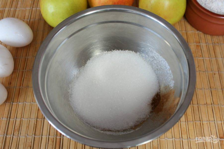 В миску насыпаем сахар, соль и корицу.