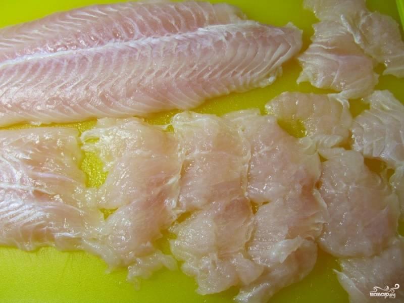 Сварите рис. Разогрейте духовку (350 градусов).  Нарежьте рыбу тонкими ломтиками.