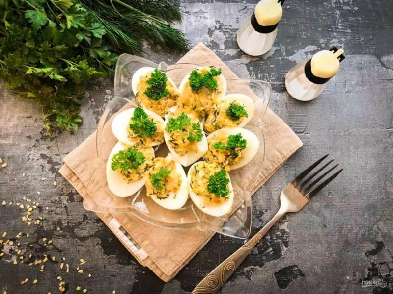 Яйца фаршированные луком готовы. Приятного аппетита!