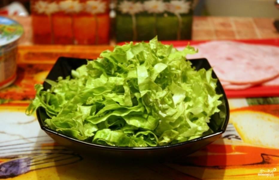 Листья салата промойте и порежьте полосками.