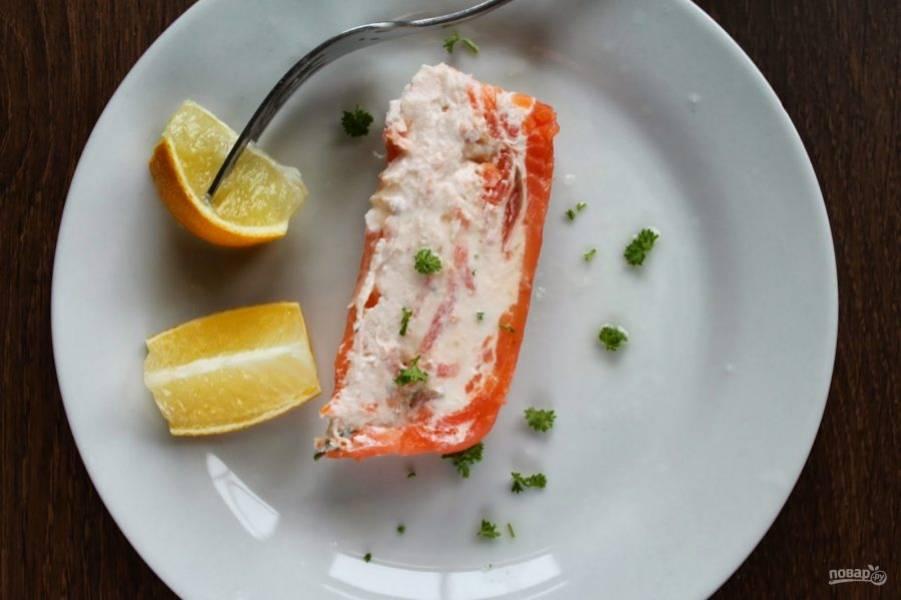 Нарезайте нашу прекрасную рыбную закуску кусочками и подавайте к столу, украсив дольками лимона.