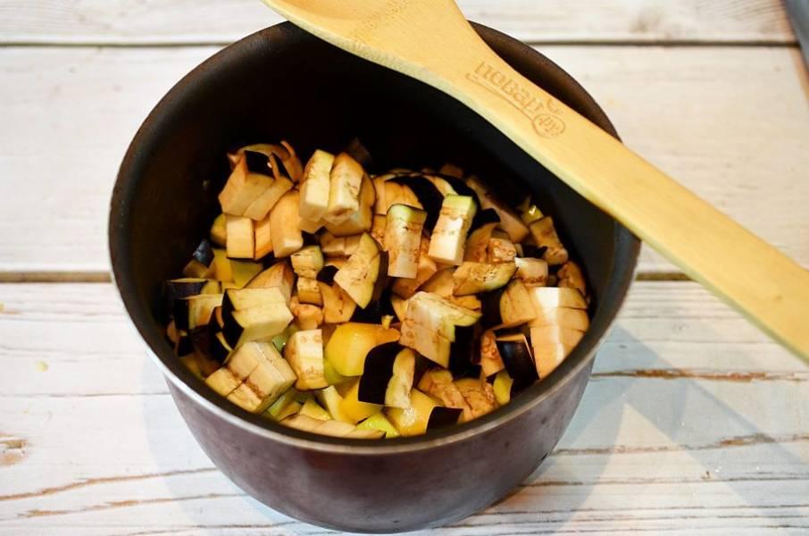 4. Добавьте к кабачкам и обжаривайте все вместе.