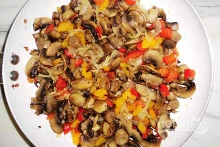 Смешиваем все ингредиенты для начинки, добавляем чеснок. Тушим на сковороде минут 10 на маленьком огне.