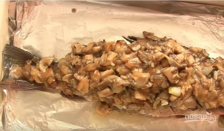 7. Грибным соусом заполните брюшко карпа и выложите на него оставшуюся часть. Запекайте 20-25 минут при температуре 180 градусов.