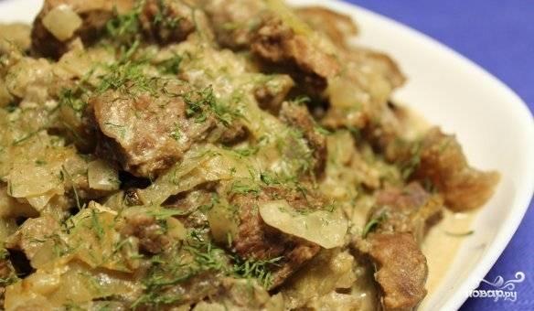 Готовое мясо отлично сочетается с любым гарниром, поэтому посыпаем его свежей зеленью и подаем к столу.